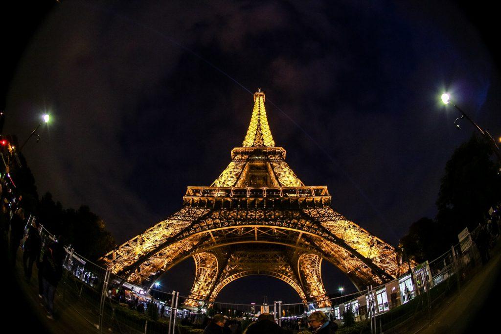 La tour Eiffel, un des symboles de la grandeur française, a été sauvée par les radios. Elle devait être démolie au bout de vingt ans, mais elle était considérée comme une excellente antenne: en 1906, l'armée a commencé à l'utiliser, puis la marine. Aujourd'hui, elle est très fréquentée (elle est utilisée par 32 radios) et les loyers sont élevés, de sorte que pour couvrir la ville avec Dab, les compagnies de télécommunications proposent des sites alternatifs.