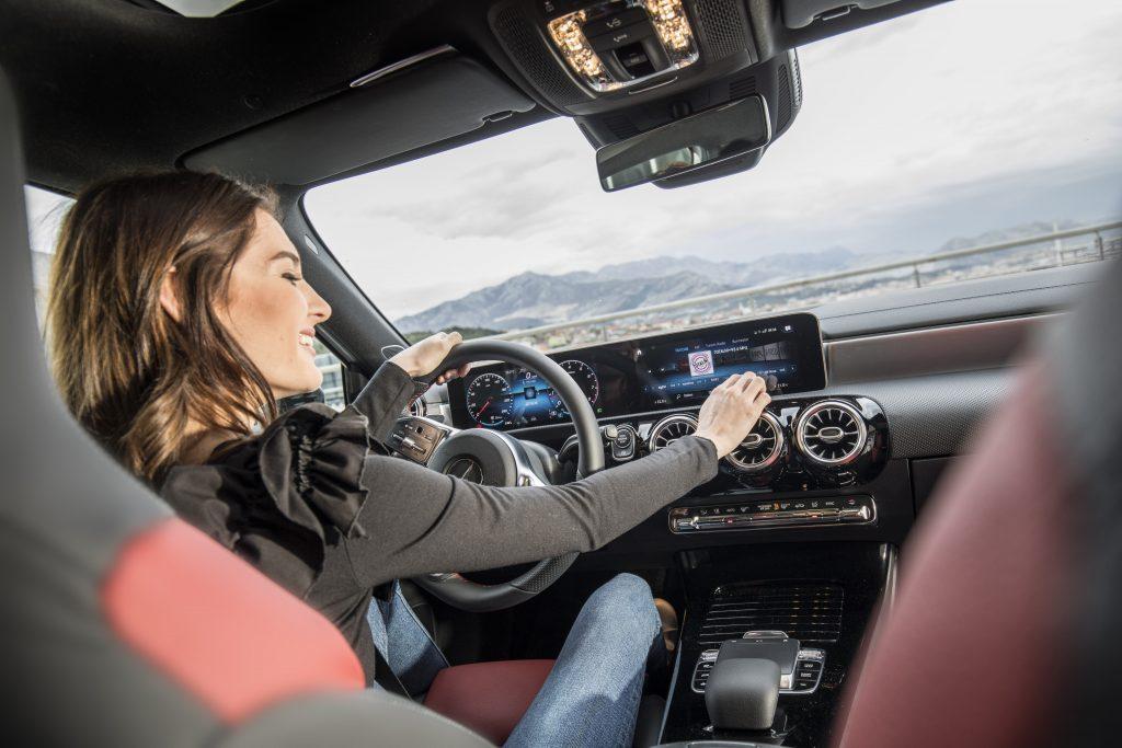 Una Classe A con il sistema multimediale MBUX (Mercedes-Benz User Experience). Presentato dalla casa tedesca al Consumer Electronic Show di Las Vegas nel 2017, usa l'intelligenza artificiale e attualmente è il sistema più evoluto