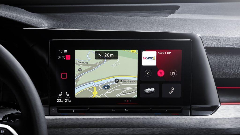 Nel sistema multimediale della Volkswagen Golf il logo resta visualizzato sulla destra della mappa del navigatore insieme ad altri comandi audio e per il telefono