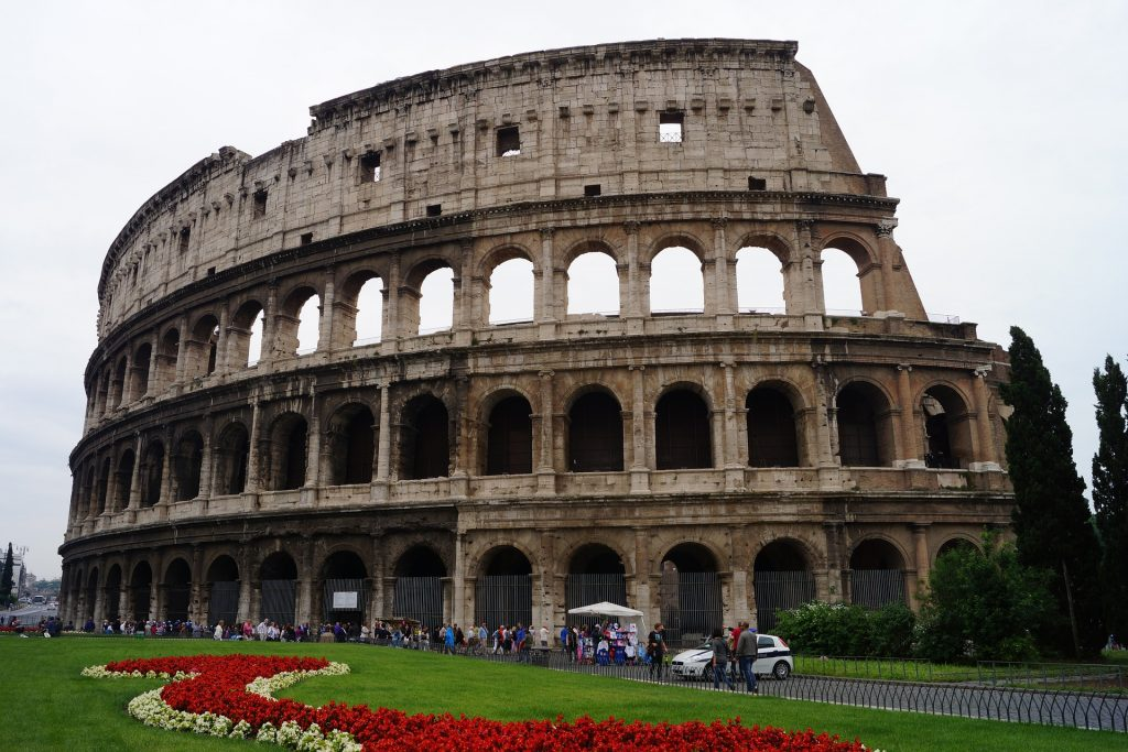 L'Anfiteatro Flavio, simbolo di Roma: duemila anni fa ospitava fino a 87.000 spettatori. Più di quelli dell'attuale stadio Olimpico (70.500) dove, nell'immaginario, i giocatori di calcio hanno sostituito gli antichi gladiatori