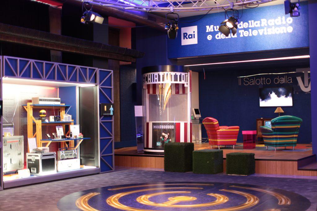 Il percorso museale è stato arricchito con arredi di trasmissioni storiche della rai: sullo sfondo, al centro, la cabina di Rischiatutto, il telequiz condotto da Mike Buongiorno tra il 1970 e il 1974