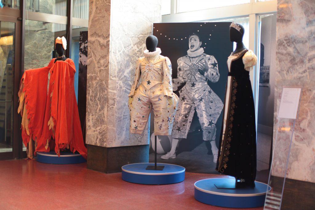 """I costumi indossati da Adriano Celentano e Mina nel corso della trasmissione """"Alla ribalta"""", andata in onda nel 1964"""
