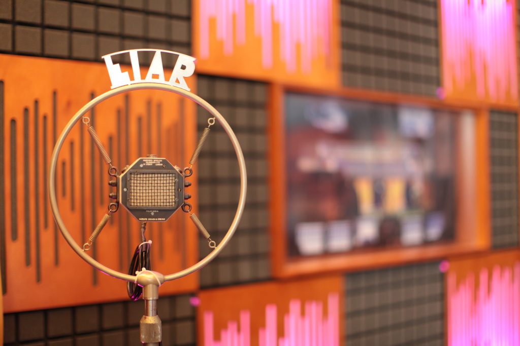 Tra i microfoni usati negli studi radio, alcuni quasi centenari, c'è questo esemplare con il marchio della Eiar (Ente Italiano per le Audizioni Radiofoniche), subentrata nel 1927 alla URI (Unione Radiofonica Italiana) che nel 1944 sarebbe la RAI Radio Audizioni Italiane e dal 1954, con l'avvento della televisione, Rai Radiotelevisione Italiana