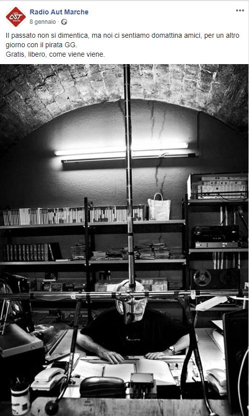 Dalla pagina Facebook della radio, una suggestiva immagine di Giancarlo Guardabassi in studio